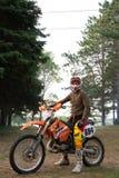 Jinete de la bici de la suciedad en su moto de KTM 200 EXC Imagen de archivo