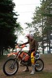Jinete de la bici de la suciedad en su moto de KTM 200 EXC Fotografía de archivo