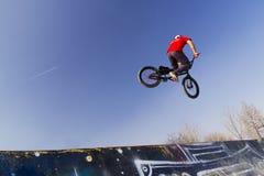 Jinete joven de la bicicleta del bmx Imagen de archivo libre de regalías