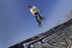 Jinete joven de la bicicleta del bmx Imágenes de archivo libres de regalías
