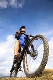 Jinete de la bicicleta en la colina fotografía de archivo