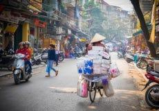 Jinete de la bicicleta de la mujer, Hanoi, Vietnam Fotos de archivo libres de regalías