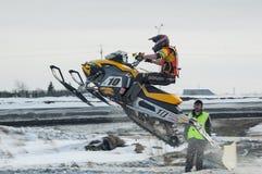 Jinete de la moto de nieve en pista del deporte Foto de archivo