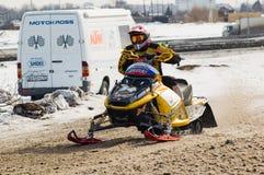Jinete de la moto de nieve en pista del deporte Imagenes de archivo