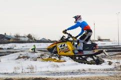 Jinete de la moto de nieve en pista del deporte Imagen de archivo libre de regalías
