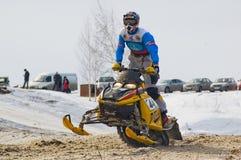 Jinete de la moto de nieve en pista del deporte Imagen de archivo