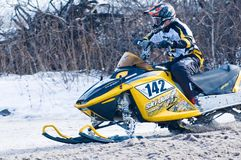 Jinete de la moto de nieve en pista del deporte Foto de archivo libre de regalías