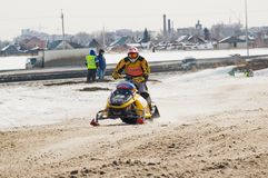 Jinete de la moto de nieve en pista del deporte Imágenes de archivo libres de regalías