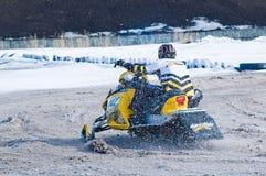 Jinete de la moto de nieve en pista del deporte Fotografía de archivo