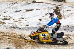 Jinete de la moto de nieve en pista del deporte Tyumen Rusia Fotografía de archivo libre de regalías