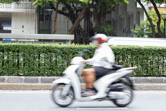 Jinete de la motocicleta en el tráfico de ciudad en la falta de definición de movimiento Foto de archivo