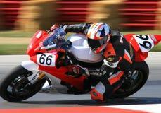 Jinete de la motocicleta en vuelta aguda Fotos de archivo