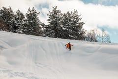 Jinete de la snowboard que desciende abajo de la cuesta de la nieve Imagen de archivo