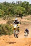 Jinete de Motorcross en la motocicleta en raza Foto de archivo