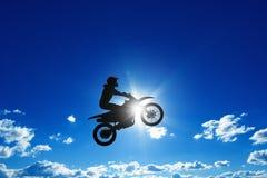 Jinete de salto de la motocicleta imagen de archivo libre de regalías