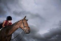 Jinete de sexo femenino Riding On Horse imagen de archivo libre de regalías