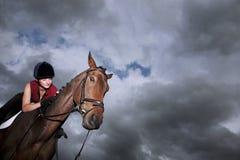 Jinete de sexo femenino Riding On Horse imágenes de archivo libres de regalías