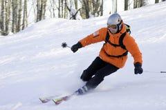 Jinete del esquí de la montaña en naranja Foto de archivo