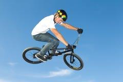 Jinete del estilo libre BMX que consigue el aire Foto de archivo libre de regalías