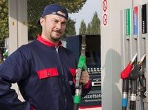Jinete del gas que rellena el coche Foto de archivo