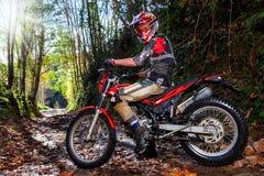Jinete del motocrós con la bici en pista de tierra Foto de archivo libre de regalías