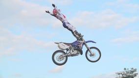 Jinete del motocrós en el aire almacen de video