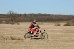 Jinete del motocrós en la acción Foto de archivo libre de regalías