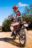 Jinete del motocrós que hace los pulgares para arriba Foto de archivo libre de regalías