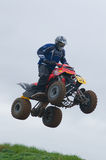 Jinete del motocrós de ATV sobre un salto Imagenes de archivo