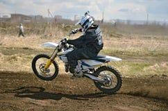 Jinete del MX en una motocicleta en una curva Fotografía de archivo