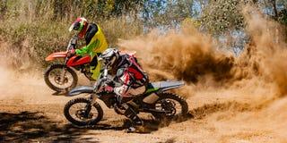Jinete del polvo de la raza del motocrós imagen de archivo libre de regalías