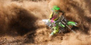 Jinete del polvo de la raza del motocrós imagen de archivo