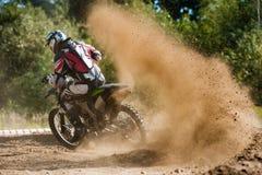 Jinete del polvo de la raza del motocrós foto de archivo libre de regalías