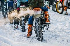 Jinete del primer en la bici que se prepara para el comienzo de la raza, humo del extractor Imagen de archivo libre de regalías