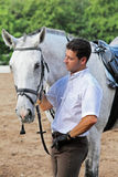 Jinete en caballo del abrazo de los guantes Fotos de archivo