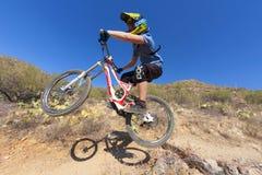 Jinete en declive de la bici Imagen de archivo libre de regalías
