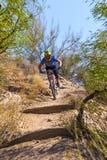 Jinete en declive de la bici Foto de archivo libre de regalías