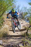 Jinete en declive de la bici Fotos de archivo