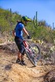 Jinete en declive de la bici Fotos de archivo libres de regalías