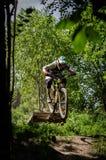 Jinete en declive del mountainbike Imagen de archivo