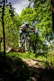 Jinete en declive del mountainbike Fotografía de archivo libre de regalías