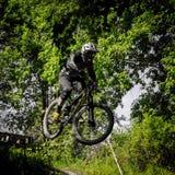 Jinete en declive del mountainbike Imagen de archivo libre de regalías