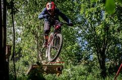 Jinete en declive del mountainbike Fotos de archivo libres de regalías