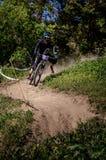 Jinete en declive del mountainbike Foto de archivo