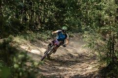 Jinete en declive del mountainbike Imagenes de archivo