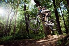 Jinete en la acción en el deporte de la bici de montaña Foto de archivo libre de regalías