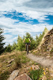 Jinete en la acción en la bici de montaña Imágenes de archivo libres de regalías