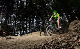 Jinete en la acción en la bici de montaña Imagen de archivo libre de regalías