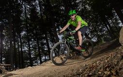 Jinete en la acción en la bici de montaña Fotografía de archivo