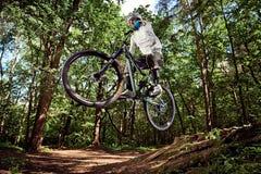 Jinete en la acción en la bici de montaña Imagenes de archivo